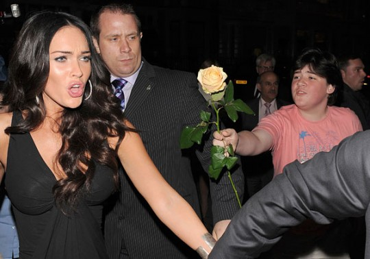 give-megan-fox-a-flower-23924-1245246208-2